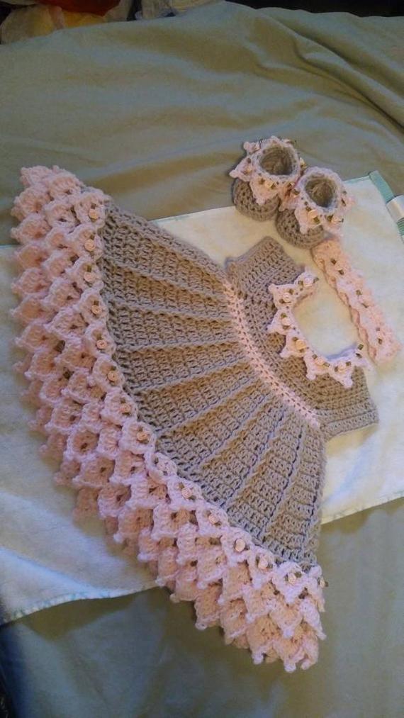 Crochet rose et gris gown de bébé ensemble avec des boutons de roses est livré avec des chaussons et un bandeau