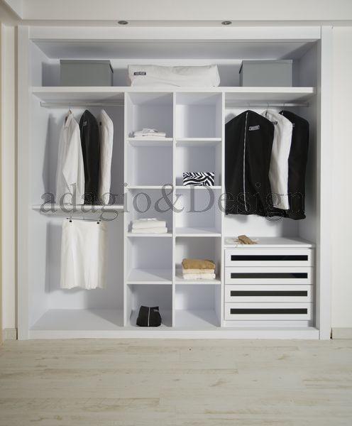 Interior de armario a medida forrado en color blanco, con frontales de cajón en vídrio negro