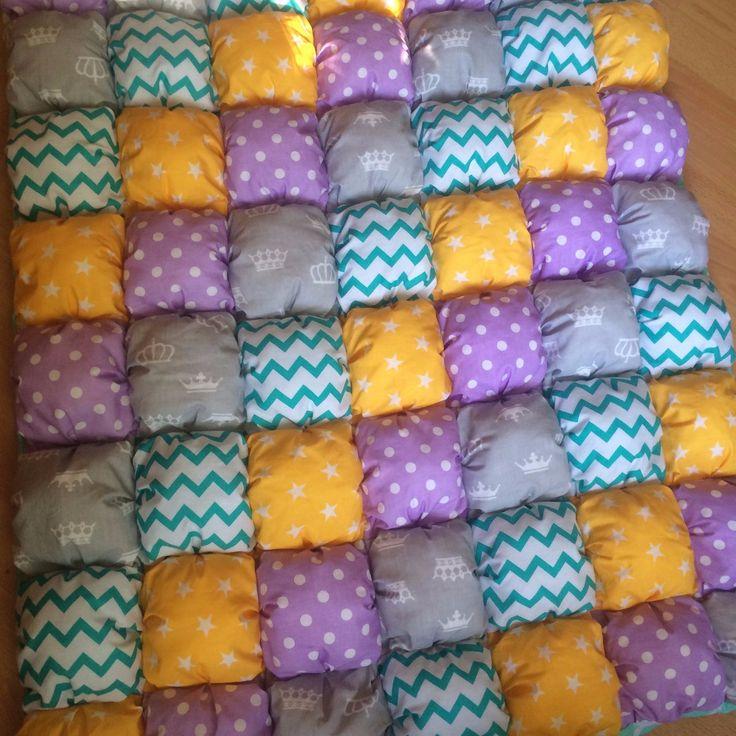 🌟По летнему яркое одеяло, 90 на 120 см. 🍋Хлопок, холлофайбер, ну и нитки конечно)) 🌀Стирка деликатная при 30'  #котик#лавандовыйкот#мишка#одеяло#малыш#новорожденный#ямама#кроватка#бортики#лоскутноеодеяло#лоскутныебортики#букваизткани#baby#babytime#40недель#30#недель#10недель#беременность#скоромама#комплектвкроватку#комплекты#простынка#бортикивкроватку#бортикивкруглуюкроватку#сова