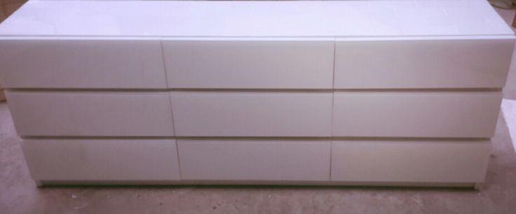Mueble de 1,70  X 30cm x 65 cm de altura revestido en vidrio blanco (detalle de laterales en ladrillos de vidrio blanco) by HAUS DESiGN