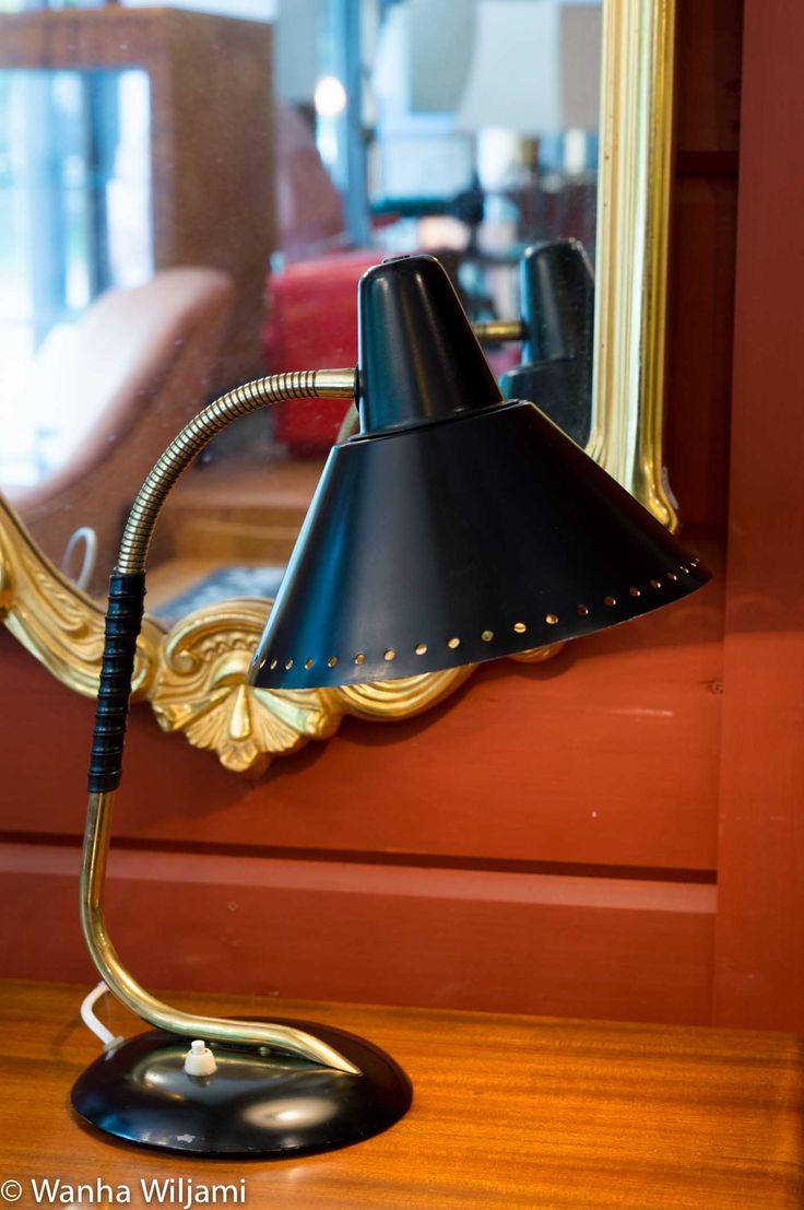 Valinten valmistama pöytävalaisin 1950-luvulta. Väritys tyypillinen musta/messinki. Varressa muovinen punos ja kaltevuutta voi säätää.