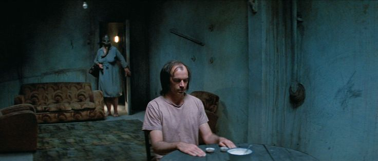 Filmszene mit Nicholas Hope und Claire Benito aus dem Film BAD BOY BUBBY (1993). Regie: Rolf de Heer. Erschienen bei Bildstörung auf DVD. Mehr zum Film auf unserer Webseite.