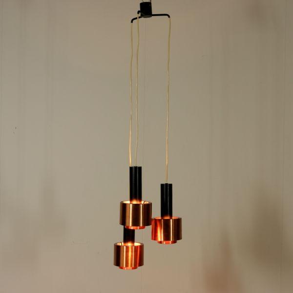 Lampada Stilnovo a soffitto; alluminio laccato, rame. Buone condizioni; presenta piccoli segni di usura.