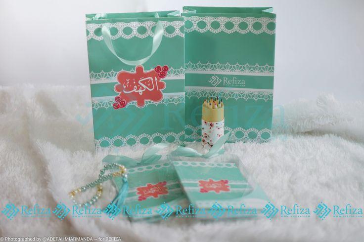 Souvenir Surah Al-Kahfi dengan kemasan paper bag dan tasbih cocok untuk dijadikan souvenir di acara spesialmu. Motif paper bag dan motif cover bisa dicustom sesuai keinginan
