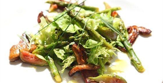 Салат из спаржи с инжиром и грибами под соусом из масла грецкого ореха