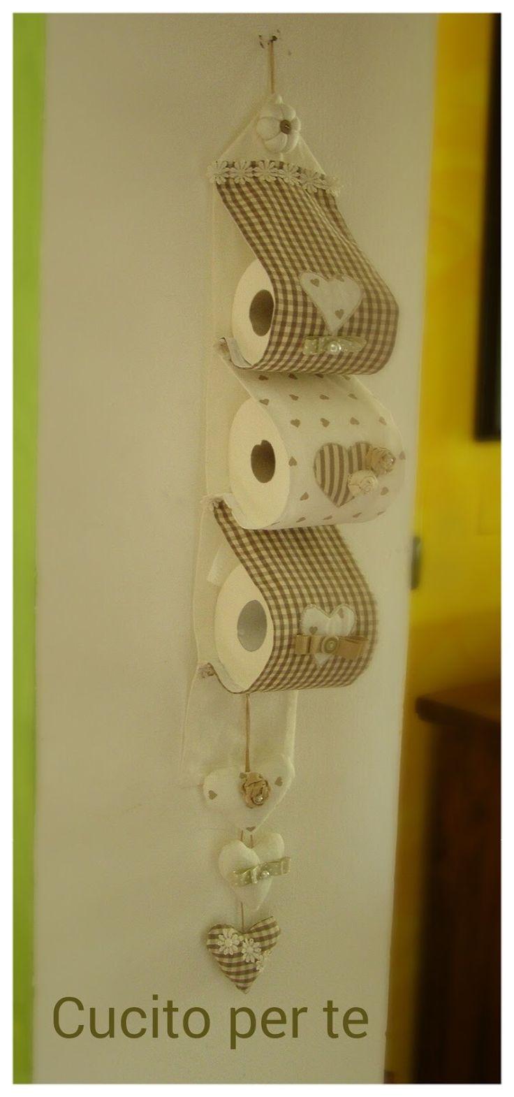 Un pratico e utile porta rotoli per la toilette,   ma deve stare a vista e allora:   lo vogliamo almeno un po' ca rino e dall'aria romant...