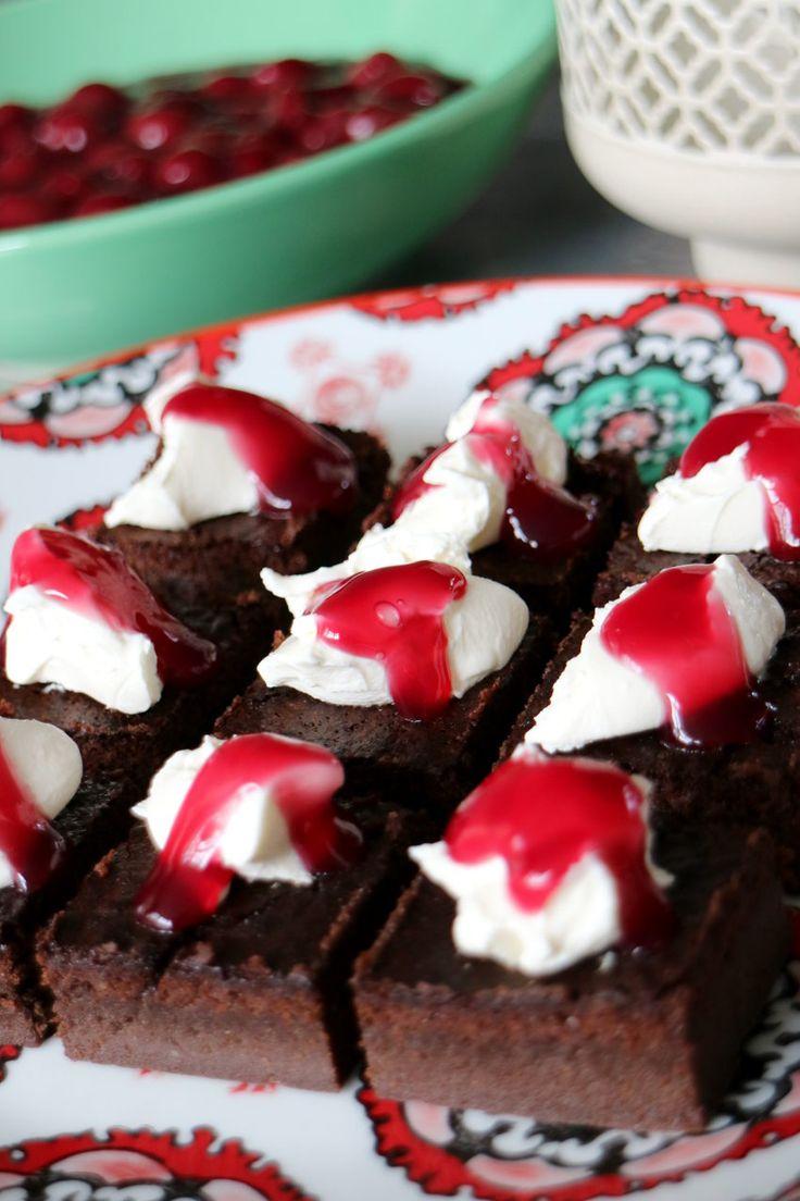 Brownies met mascarpone en kersensaus https://www.allinmam.com/brownies-met-mascarpone-en-kersensaus/?utm_campaign=coschedule&utm_source=pinterest&utm_medium=Allinmam.com&utm_content=Brownies%20met%20mascarpone%20en%20kersensaus