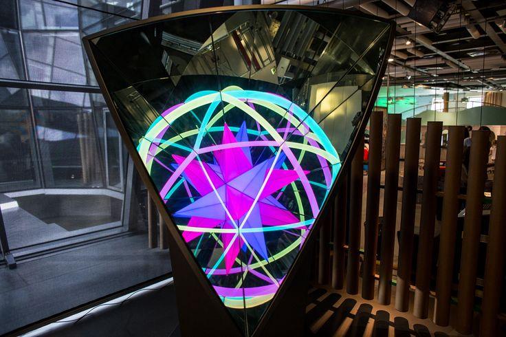 """Fascynujące kalejdoskopowe odbicia w eksponacie """"Kolorowy kąt"""" - wystawa LUSTRA / A fascinating kaleidoscopic reflection in the exhibit """"Colourful angle"""" - MIRRORS exhibition"""