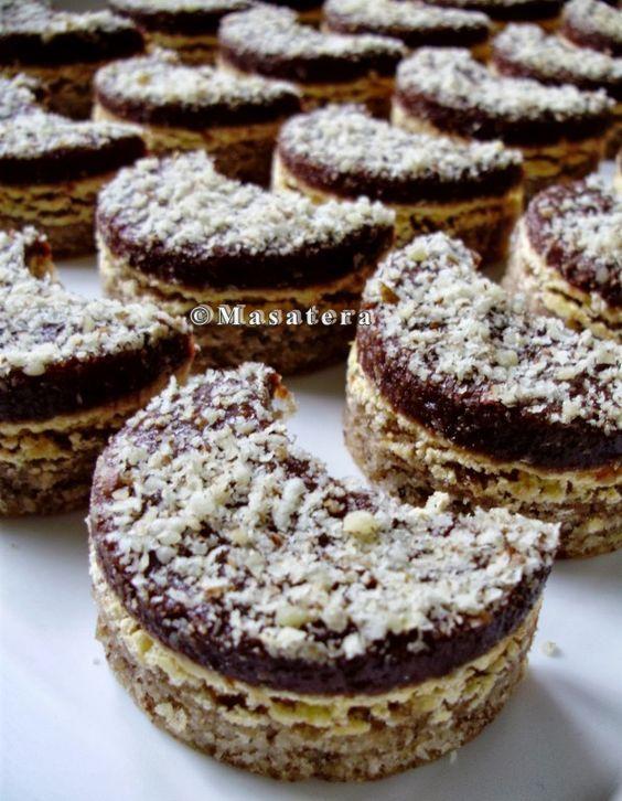 Fantastické ořechové půlměsíčky se žloutkovým krémem a čokoládou.: