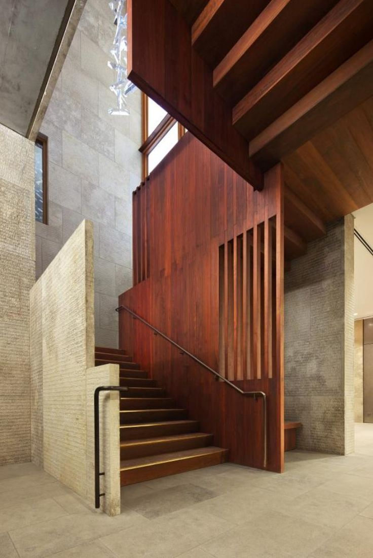 escalier en bois et panneaux de cerisier, murs en pierre naturelle