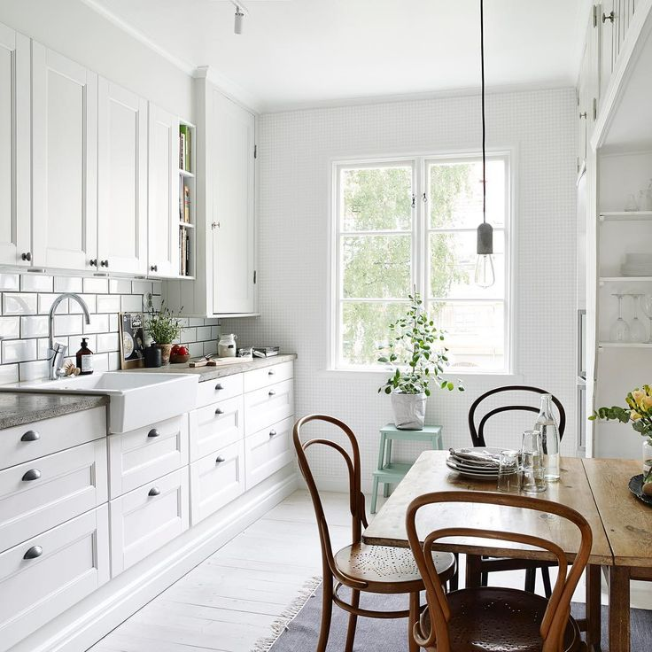 Today I'm missing that light and sunny kitchen from our previous apartment.
