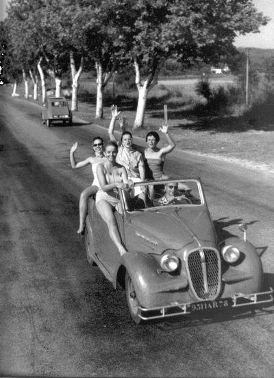 photo noir et blanc : Robert DOISNEAU. départ de vacances en voiture. nationale 7, transports