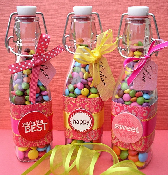 Petites bouteilles remplies de bonbons pour remercier les invités: anniversaire enfant.