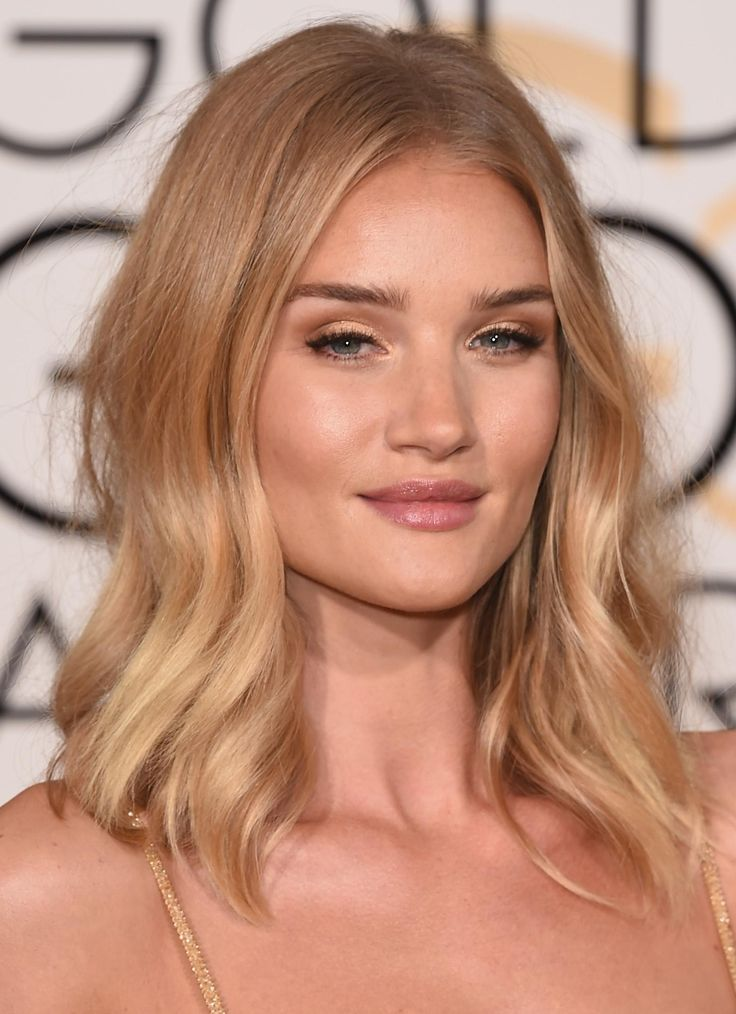 Rosie Huntington-Whitely looks stunning  with a fresh-faced golden goddess-y glow and soft waves | Best Hair and Makeup Looks at the 2016 Golden Globes