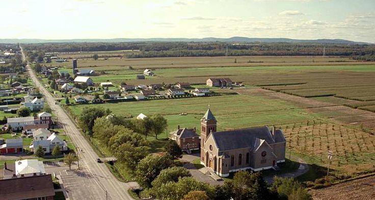Notre-Dame-de-Lourdes, Église et presbytère sur la rue principale.