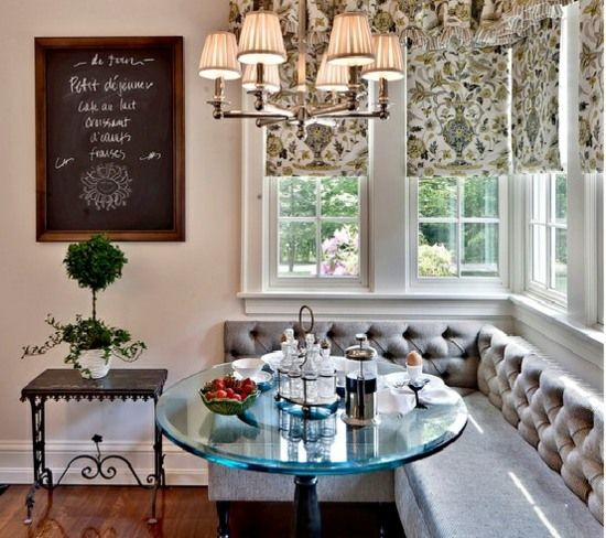 klassische Eckbank Küche-Gardinen Glastisch