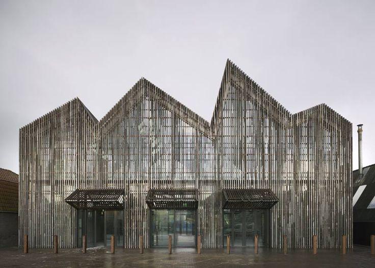 Ce musée maritime, réalisé par l'atelier Mecanoo, dispose d'un bardage en bois récupéré et d'un toit en zig-zag qui fait référence aux maisons à pignons environnantes.