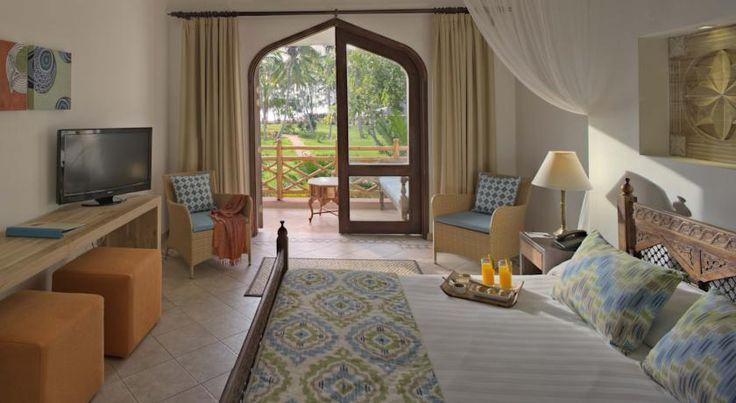 US$84 Все номера курортного спа-отеля Bluebay Beach оборудованы кроватью с балдахином и террасой с видом на Индийский океан. Отель занимает территорию 121 405...