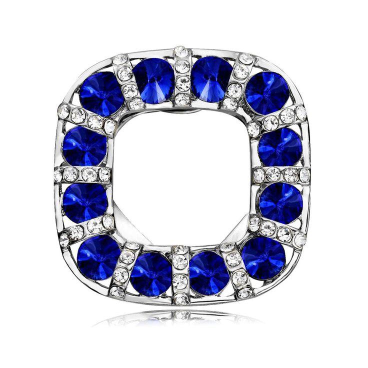 Brošňa na šatky v tvare nepravidelnej kocky je v striebornej farbe. Vytvára motív luxusného kruhu posiateho modrými žiarivými kamienkami. Spona je malé šperkárske majstrovské dielo, ktoré vďaka symbolike v sebe ukrytej dodáva svojej nositeľke pocit elegancie. http://bit.ly/1v1GgIR