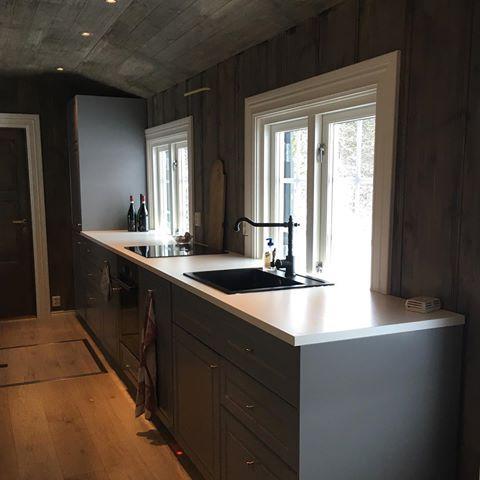 Nytt kjøkken på hytta  veldig deilig for meg som er vant til å vaske opp i balje her på en gammeldags laaaav kjøkkenbenk og lage mat på hybelkomfyr  #kjøkken #hytte #ikea #oppvaskmaskin  #stekeovn  #manglerventilator ✔️ #denkommer