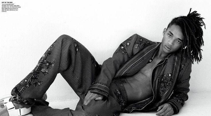 """Jaden Smith desfila por aí com a roupa que quer, e afronta aqueles que ainda dividem """"coisa de garoto"""" e """"coisa de garota"""". Então, não foi nenhuma surpresa ele aparecer na Vogue posando apenas com uma saia e flor no cabelo. O ator está no recheio da Vogue coreana com um editorial incrível, onde ele …"""