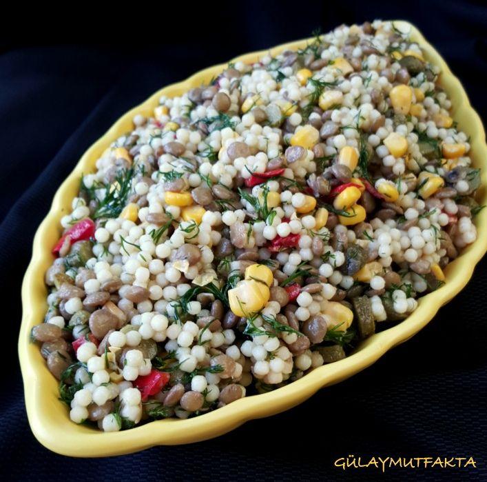 Hem besleyici hem doyurucu bir salata tarifi daha gelsin:) Bu aralar çay sofralarına hazırladığım salatalarda kuskus ana malzeme oluyor. S...