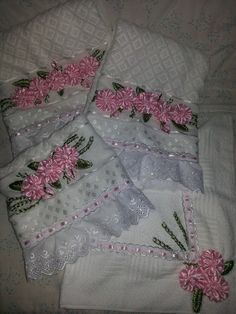 Jogo de Toalhas e Piso para Banheiro com flores de fita de cetim bordadas manualmente. <br>Preço referente a 4 peças: 2 toalhas de banho, 1 toalha de rosto e 1 piso de banheiro.