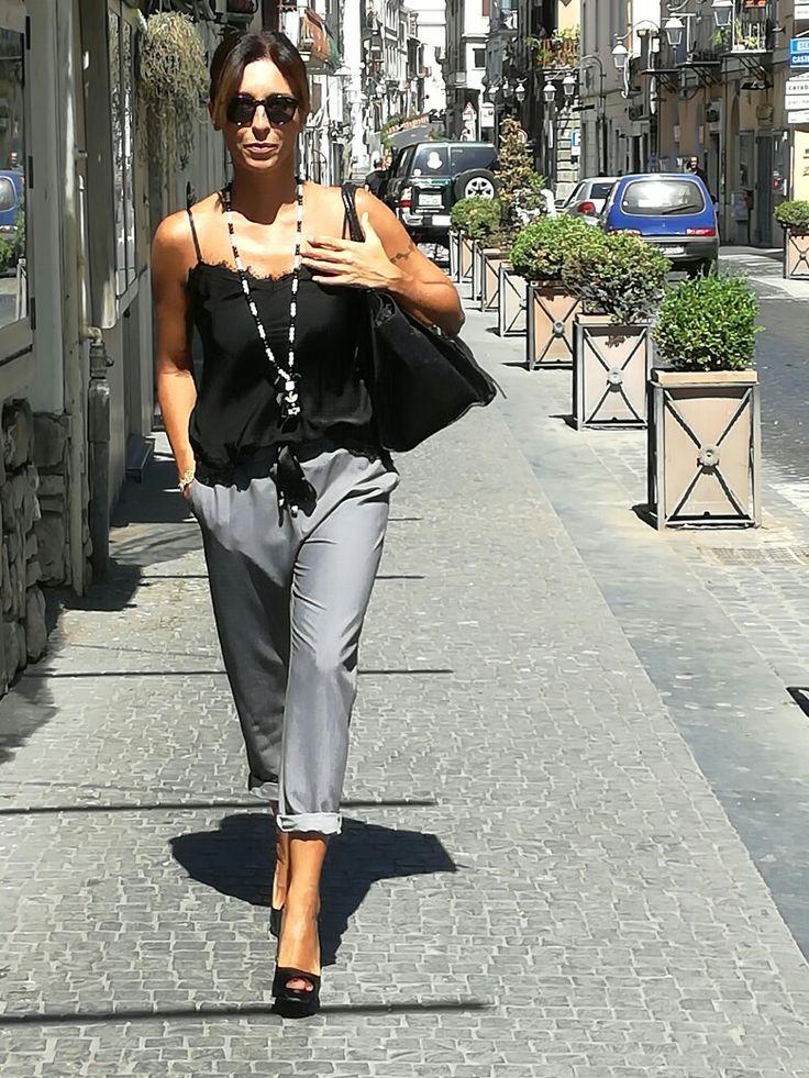 Bellissimi pantaloni grigi con fiocco in raso, abbinati a top nero.. by Tubinonero!