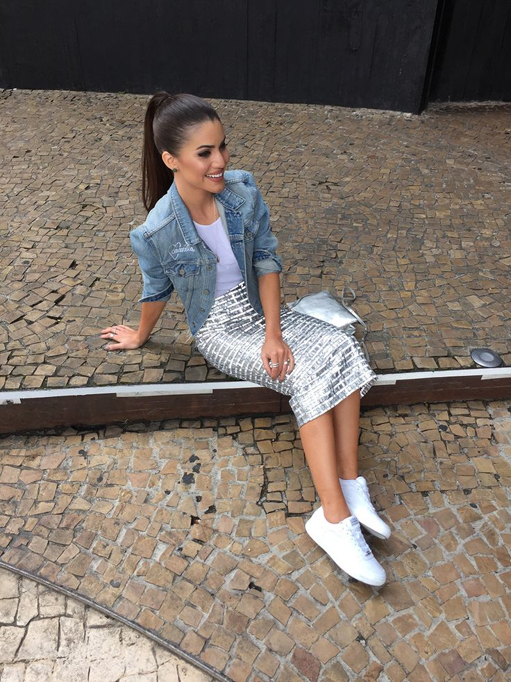 Camila Coelho Saia: Chanel   Tênis: Olympikus   Jaqueta: Grlfrnd Denim   Bolsa: Céline