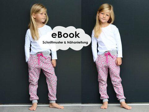 """""""Cozy-Pants-Kids""""+ist+ein+Schnittmuster+und+Anleitung+für+eine+schmal+geschnittene+Kinder-Jogginghose.+Du+kannst+sie+mit+3+verschiedenen+Taschen,+einem+klassischen+Rückteil+und+einem+Rückteil+mit+Passe+nähen.+Genau+so+wie+Du+sie+am+liebsten+hast!+  Cozy+heißt+gemütlich,+behaglich,+kuschelig,+heimelig,+wohlig,+mollig+warm+und+genau+so+soll+Deine+Hose+sein!+Die+Cozy-Pants-Kids+ist+eine+richtige+Wohlfühlhose…"""