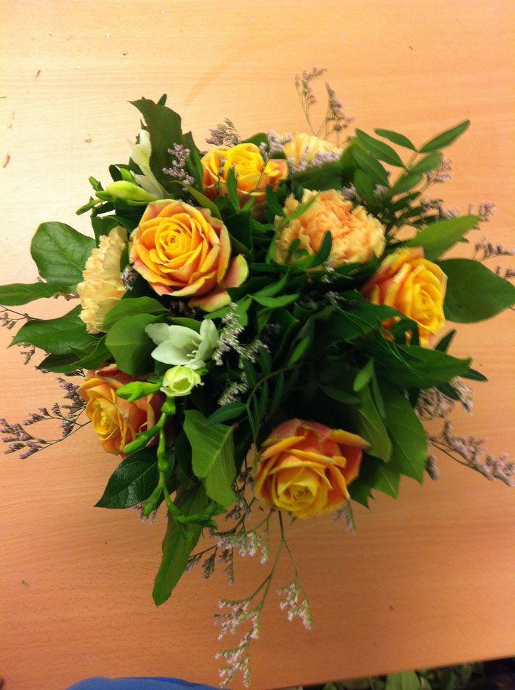 Bukett 26.09.2013, 5 roser, 3 nelikk, 3 fresia, 2 grener limonium, sallal blader og