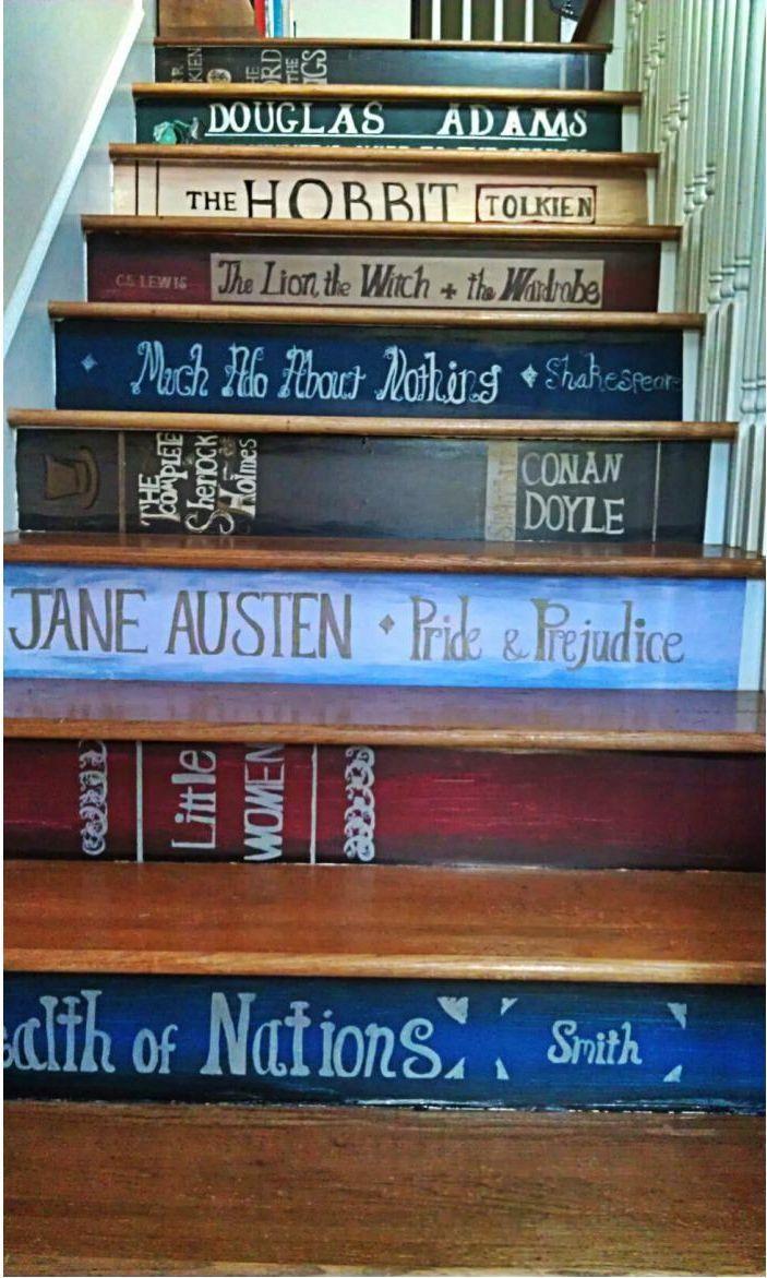 Bretter mit den Buchrücken deiner Lieblingstitel bemalen und an die Treppe geschraubt - fertig ist der Bücherstapel!