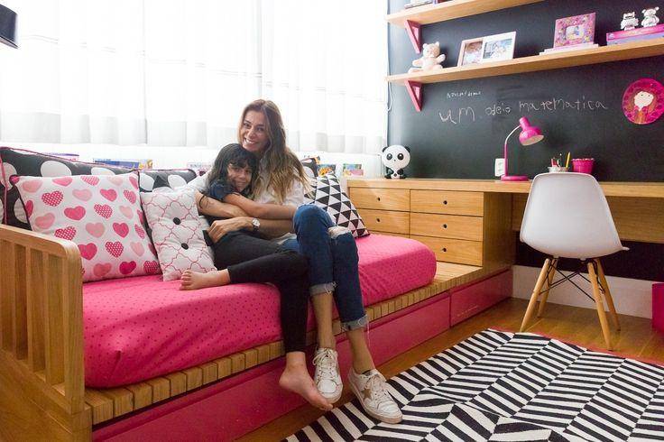 A atriz MÔNICA MARTELLI, mãe de JULIA, ouviu as opiniões da filha e deixou ela definir tudo em seu quarto. Projeto da AR Design com estampas NARA MAITRE.