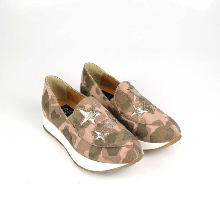 Pantofii de dama Mineli Pink Army Litesunt realizați din piele întoarsă în cel mai cool imprimeua acestui sezon: roz milităresc, și sunt stilizați cu steluțedin piele auriu metalizat.