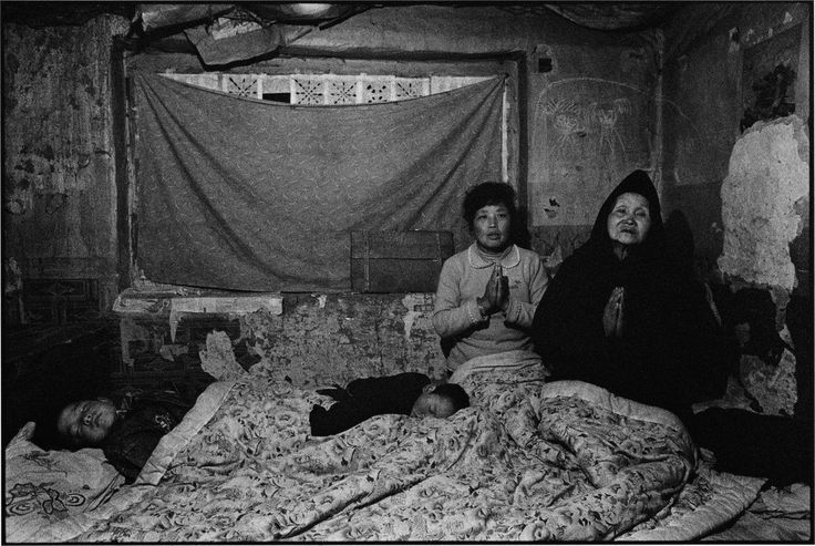 CHINA. Shaanxi Province. 1995. Mother-in-law and daughter-in-law at evening prayers.