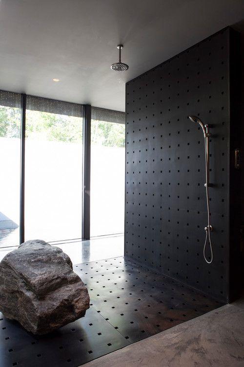 Rocky Bathroom: Als ik een hele ruime badkamer heb, dan wil ik wel zo'n grote steen er in.