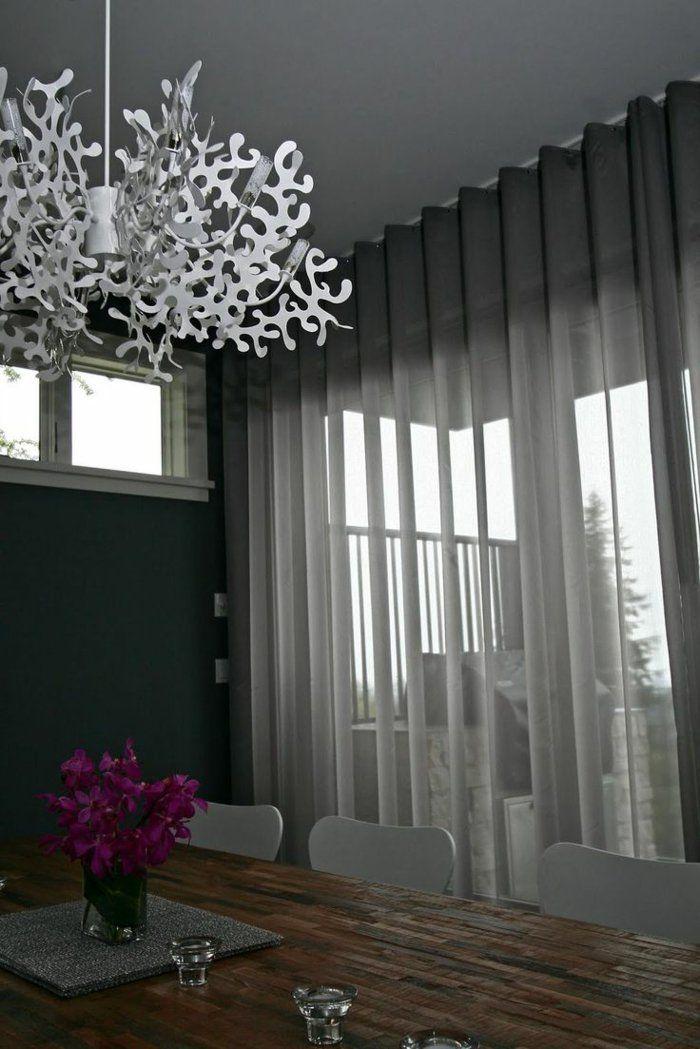 le rideau voilage gris dans le salon avec un lustre en forme insolite et table et. Black Bedroom Furniture Sets. Home Design Ideas