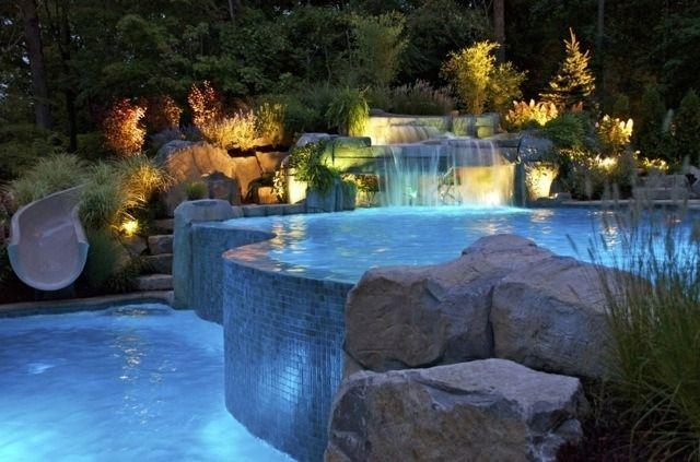piscine moderne avec cascade et toboggan