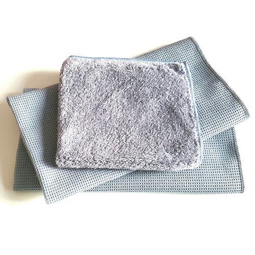 Supersnel de ramen lappen zonder strepen?Dat doe je met een combinatie van een zachte poetsdoek en twee pluisvrije droogdoeken. Het is heel simpel: bevochtig de poetsdoek, neem het raam af en droog na met een droogdoek. Je hebt voortaan geen trekker, emmer en schoonmaakmiddel meer nodig! Hoe heet het? Microvezel raamset van Plan-Point. Wat is het? De Plan-Point microvezel