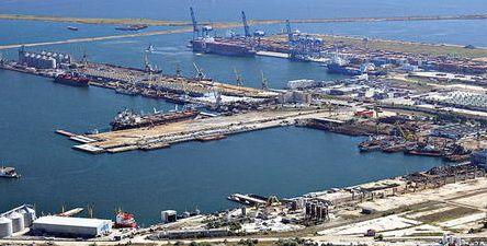 Traficul total de mărfuri înregistrat în primul trimestru al anului 2015  în porturile maritime româneşti, Constanţa, Midia şi Mangalia, a fost de peste 14 milioane  tone, cu 16% mai mult decât în aceeaşi perioadă a anului trecut.