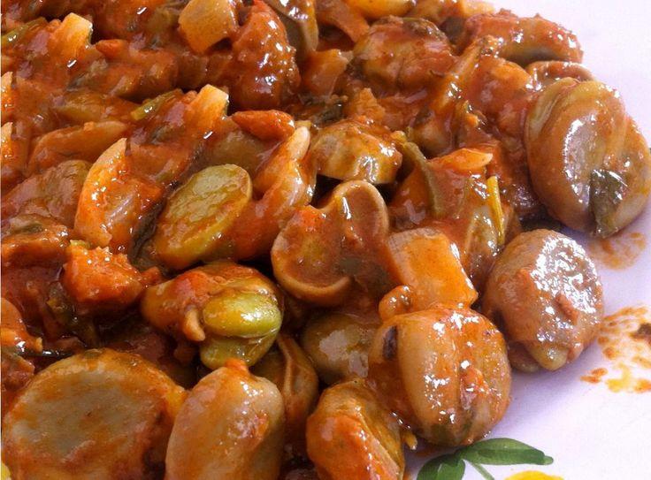 Esta é uma receita simples de favas guisadas, parecida com a receita de favas á portuguesa ou favas á alentejana, apenas não leva carnes, sem ser um pouco de chouriço para dar sabor, deliciosa para acompanhar pratos de carne. Receita de Favas Guisadas Ingredientes Fava - 1.5 Kg Chouriço - 1/2 Cebola - 1 Alho - 4 Dentes Coentros - 1 Ramo Colorau - 1 Colher de Sopa Vinho Branco - 200 ml Polpa de Tomate - 4 Colheres de Sopa Azeite - A gosto Pimenta - A gosto Sal - A gosto Instruções Primeir...
