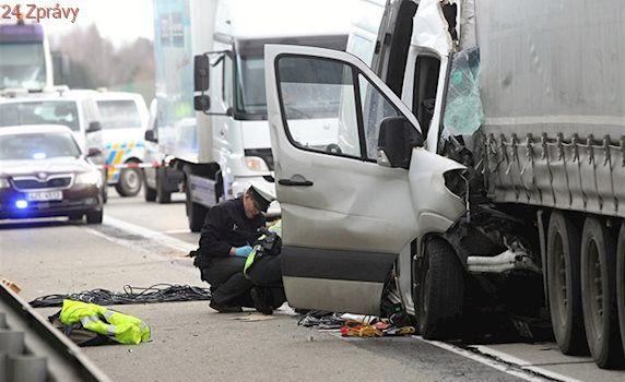 Dálnici D1 na Vysočině zablokovala tragická nehoda dodávky s kamionem