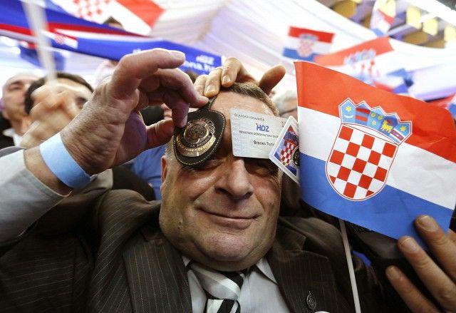 Сторонник Хорватского демократического союза празднует победу Хорватской оппозиции на парламентских выборах
