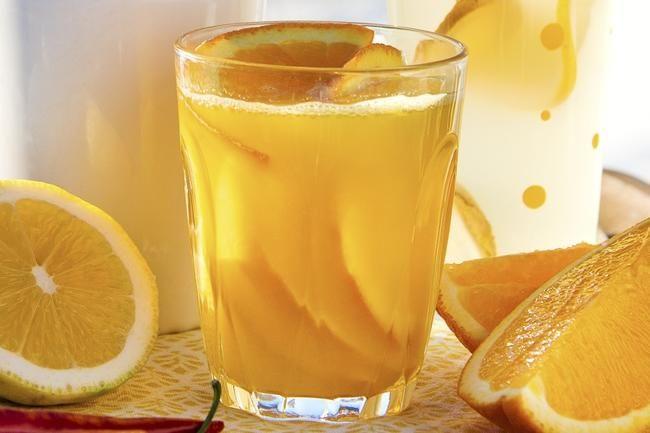 Varm appelsindrikk med honning og ingefær