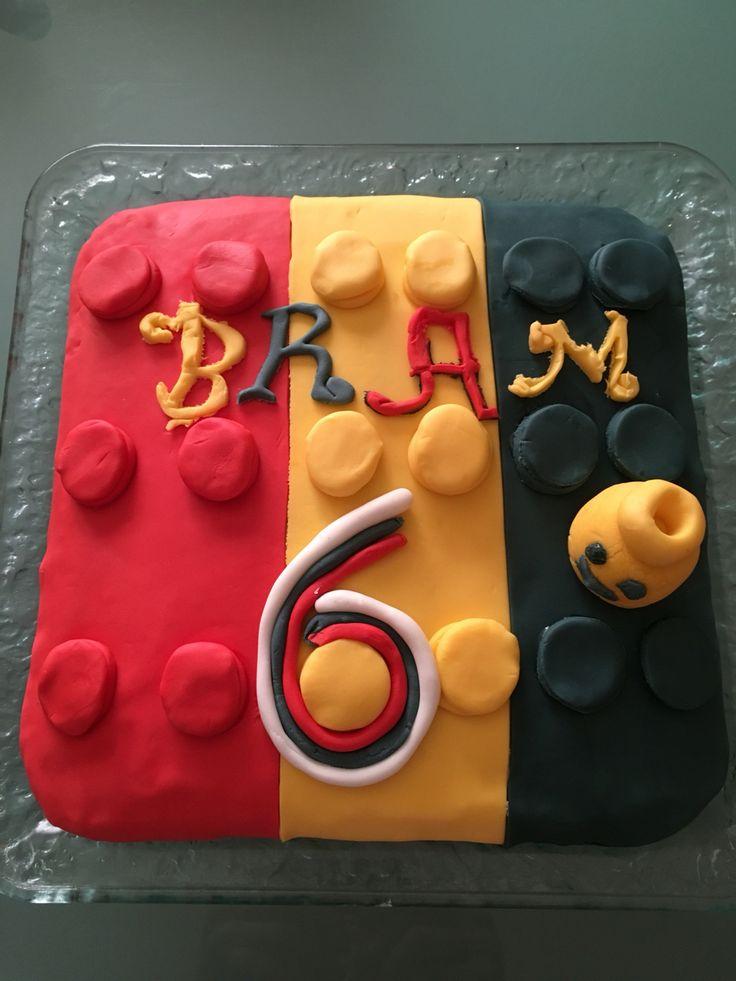 Voor mijn zoon Bram zijn 6de verjaardag gemaakt:een LEGOtaart=biscuit met een chocomousse vulling en afgewerkt met suikerpasta.