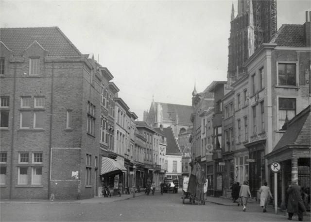 De Vismarktstraat in 1952. Op de achtergrond staat de toren van de Grote Kerk in de steigers vanwege restauratiewerkzaamheden.