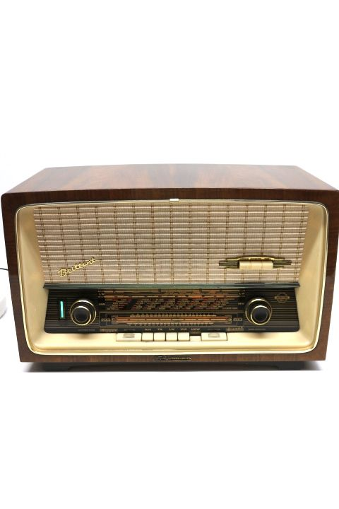 Altes Neckermann Röhrenradio der Marke Neckermann