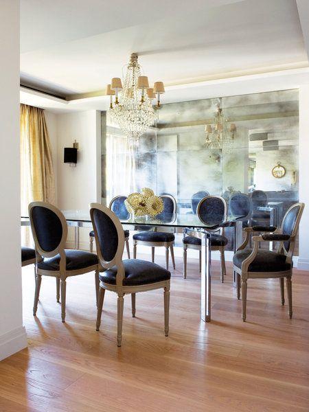 Un comedor con sillas Luis XVI, lámpara de la Real Fábrica de Cristales de La Granja, de venta en Restelo. Cortinas de José María Ruiz.