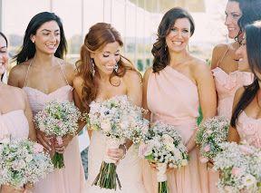 Vestidos de Damas de honor de color rosa suave hacen juego con los ramos dando un toque de brillo y pureza, como en esta fotografia de boda