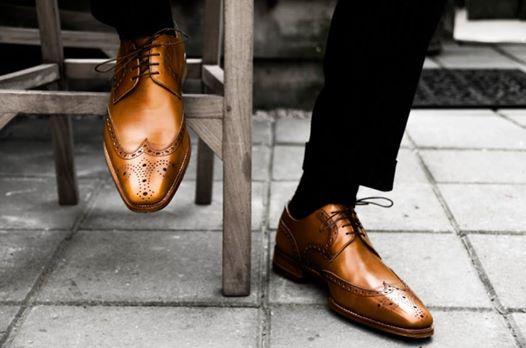 """Jak dobrać kolor skarpet w stroju męskim?  Istnieją dwie szkoły mówiące o tym do czego należy dobierać kolor skarpet. Jedna sugeruje, że do butów, druga, że do spodni. Angielscy gentelmani, mawiają: """"Match your socks with your trousers, not your shoes"""" - Sprawdza się to w sytuacj, kiedy mężczyzna jest zmuszony do ściągnięcia butów. Zdecydowanie w tym wypadku lepiej się zaprezentuje, gdy jego skarpety będą współgrały z kolorem spodni."""